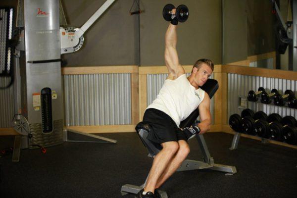 Bài tập tăng cơ vai bằng việc đậy tạ với ghế nghiêng